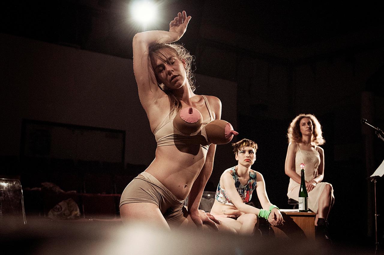 nackt auf der bühne theater