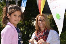 Carmen aus Biebrich mit einem Kind aus der Flüchtlingsunterkunft