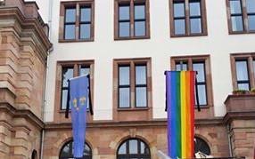 Regenbogenfahne_Wiesbaden_Rathaus_Orlando